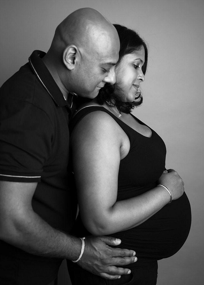 Black & White image of pregnancy mummy during pregnancy photoshoot